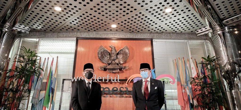 Wishnutama Serah Terima Jabatan Menteri Pariwisata dan Ekonomi Kreatif ke Sandiaga Uno